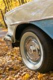 浅蓝色经典汽车轮子细节在一秋天天 库存照片