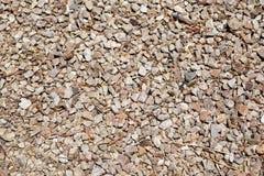 浅褐色的粗砺的石渣背景纹理  免版税库存图片