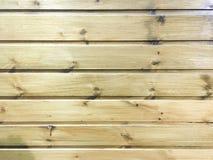 浅褐色的软性涂了清漆木纹理表面作为背景 难看的东西洗涤了木板条桌样式顶视图 库存照片
