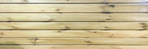 浅褐色的软性涂了清漆木纹理表面作为背景 难看的东西洗涤了木板条桌样式顶视图 免版税库存图片