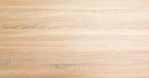 浅褐色的软性涂了清漆木纹理表面作为背景 难看的东西洗涤了木板条桌样式顶视图 免版税库存照片