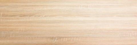 浅褐色的软性涂了清漆木纹理表面作为背景 难看的东西洗涤了木板条桌样式顶视图 库存图片