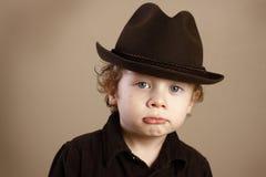 浅顶软呢帽噘嘴的小孩 库存照片