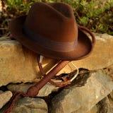 浅顶软呢帽帽子和bullwhip 免版税库存照片