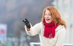 浅黑肤色的男人白色外套的年迈的妇女 有红色嘴唇和红色皮屑的粗鲁的可爱的夫人 在街道上的年迈的妇女愉快的欢迎 前的妇女 免版税库存图片