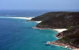 浅滩海湾海岸线在从登上Tomaree监视的一个晴天 免版税图库摄影
