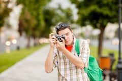 浅黑肤色的男人照片有照相机的 图库摄影