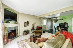 浅绿色和米黄口气的客厅 库存图片