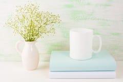 浅绿色咖啡杯的大模型 库存图片