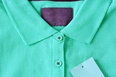 浅绿色的马球T恤杉和空白的标签 免版税库存图片