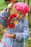 浆果女孩拿着花揪 免版税图库摄影