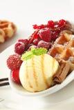 浆果奶油色新鲜的冰奶蛋烘饼 库存图片