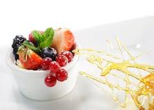 浆果奶油色点心新鲜的冰 图库摄影