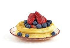 浆果新鲜的奶蛋烘饼 库存照片