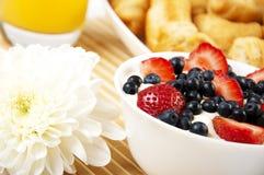 浆果早餐新月形面包汁表 免版税库存图片