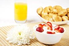 浆果早餐新月形面包汁表 图库摄影