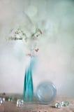 浆果玻璃红色花瓶 免版税图库摄影
