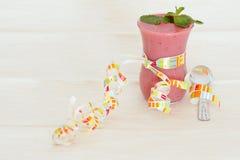 浆果装饰了叶子造币厂的奶油甜点 免版税库存照片