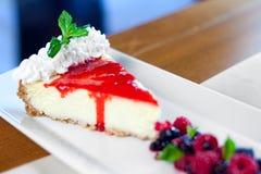 浆果通配乳酪蛋糕的顶部 免版税库存照片
