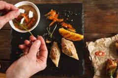 浆糊开胃菜的装饰在黑盘子的 免版税库存图片