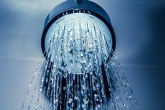 浇灌下落从阵雨蓝色的特写镜头水滴 库存图片