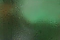 浇灌下落背景露水在冰冷的玻璃的结露纹理 免版税库存照片