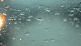 浇灌下降在前边车窗在交通堵塞 股票录像