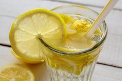 浇灌与切片柠檬特写镜头,健康吃,饮料,饮食,戒毒所被加强的水 免版税库存图片