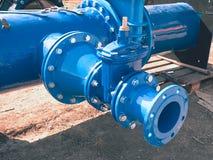 浇灌与新的闸式阀和减少成员的管道系统 免版税库存照片