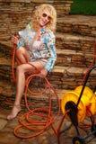 浇灌与水管的妇女 免版税库存照片