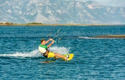 浇灌乐趣和kiteboarding用Ada Bojana,黑山 库存照片
