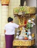 浇灌倾吐对在Songkran节日的菩萨雕象 免版税库存图片