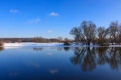浇灌冬天河的表面反对蓝天 33c 1月横向俄国温度ural冬天 免版税库存照片