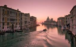 浇灌出租汽车在大运河的日出在威尼斯 库存图片