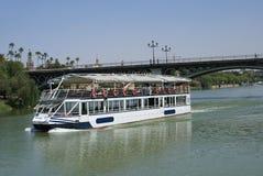浇灌出租汽车 河出租汽车小船,普恩特de Triana, Triana桥梁,瓜达尔基维尔河河在塞维利亚,安大路西亚,西班牙,欧洲 免版税库存图片