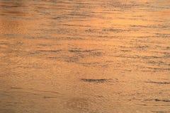 浇灌反射河表面行动美好在日落自然 图库摄影