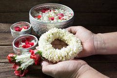 浇灌在与香水混合的碗并且开花Songkra的花冠 免版税库存照片