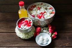 浇灌在与香水混合的碗并且开花Songkra的花冠 免版税库存图片