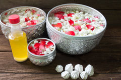 浇灌在与香水混合的碗并且开花Songkra的花冠 库存照片