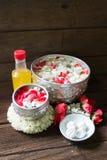 浇灌在与香水混合的碗并且开花Songkra的花冠 库存图片