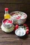 浇灌在与香水混合的碗并且开花Songkra的花冠 图库摄影