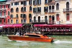 浇灌在大运河,威尼斯,意大利的出租汽车 免版税库存照片