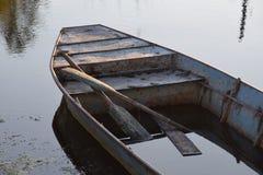 浇灌在小船,在水的一条小船 图库摄影