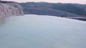 浇灌在水池和石灰华形成在棉花堡,土耳其 股票录像