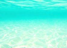 浇灌在波浪,蓝色抽象背景下 库存照片