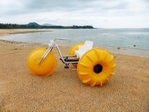 浇灌在海滩的自行车, Onna,冲绳岛 免版税库存照片