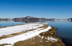 浇灌在湖一个冬日,希腊的自行车 免版税库存照片