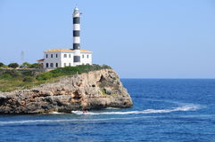浇灌在灯塔,海运背景的滑行车  免版税图库摄影