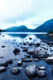浇灌天空云彩树山湖自然有雾的岩石雾海洋海 免版税库存图片