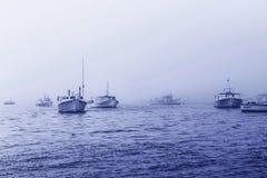 浇灌天空航行轮渡有雾的雾海洋海的云彩小船 图库摄影